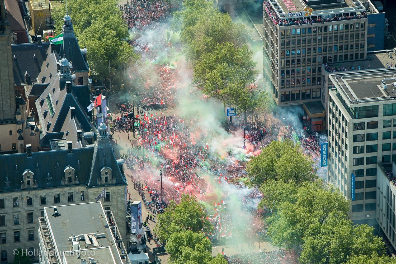 Luchtfoto van de huldiging van Feyenoord op het stadhuis op de Coolsingel. De Rotterdammers pakten na achttien jaar weer de titel in eredivisie.