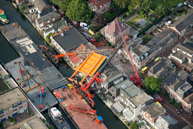Tijdens hijswerkzaamheden vielen op 3 augustus 2015 twee hijskranen om en kwamen samen met het brugdek terecht op naastgelegen woningen en winkelpanden. De materiële schade was enorm en als bij wonder vielen er geen slachtoffers.