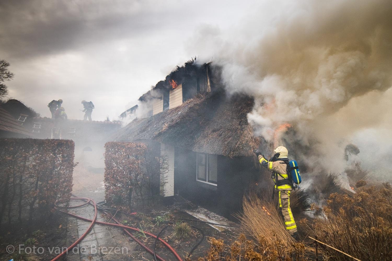 Hulshorst - Een verbouwde boerderij aan de Brandsweg is door een felle uitslaande brand compleet verwoest. Ondanks de grote inzet van materieel was de rietgedekte boerderij niet meer te redden.